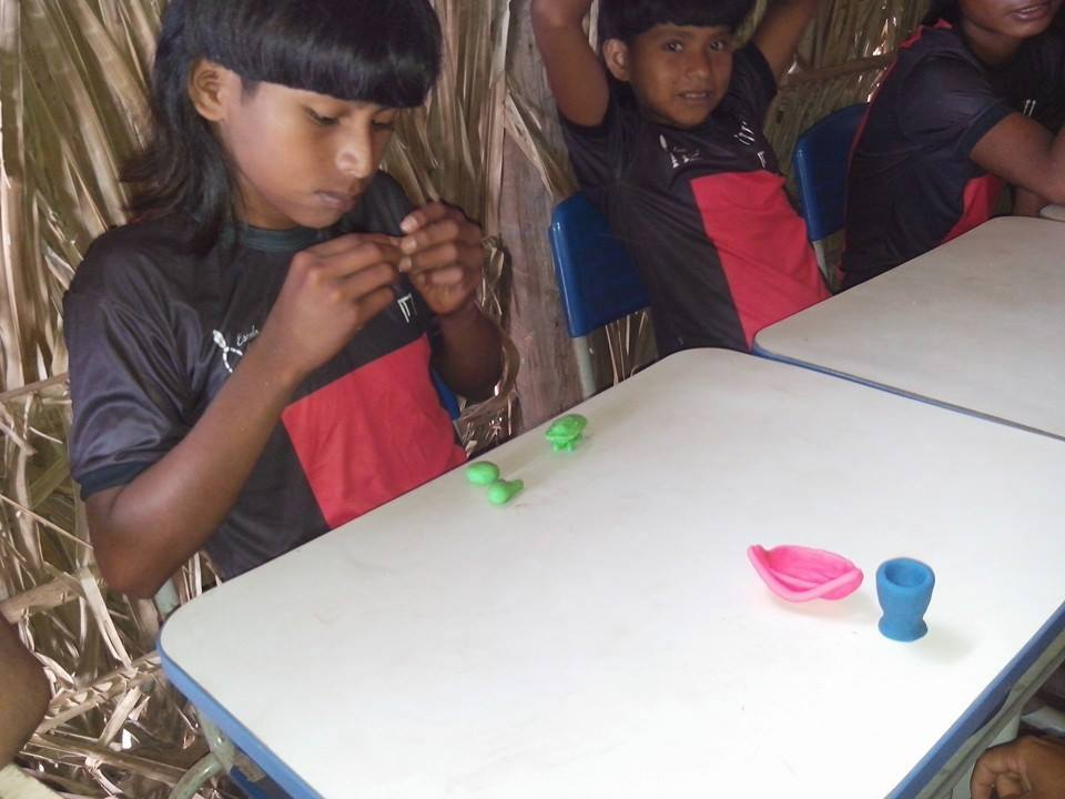 Os materiais escolares em uso na Aldeia Eteipó're.