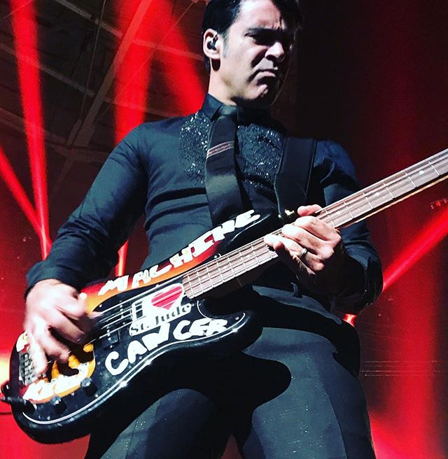 Bob Crawford killing it on bass. ...............…… #repost #NYE #theavettbrothers #bobcrawford #bassguitar #badass #rocknroll #styling #elisefife #etro #cavelli #givenchy #thismachinekillscancer #stjude