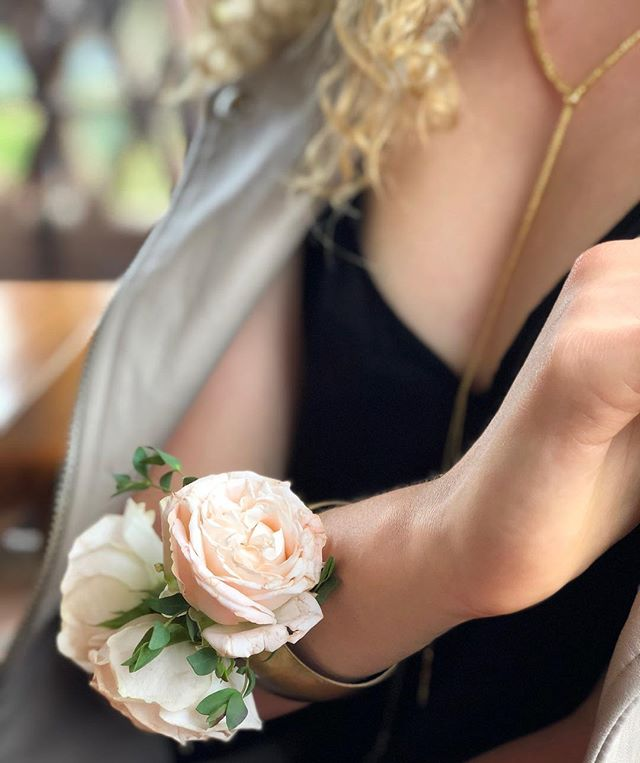 Even the most refined woman will always wear a clue to her Wild Self. 📷 @mia.bachrack #flora #floralcrown #floraladornment #floraauracuff #moderncorsage #floraaura