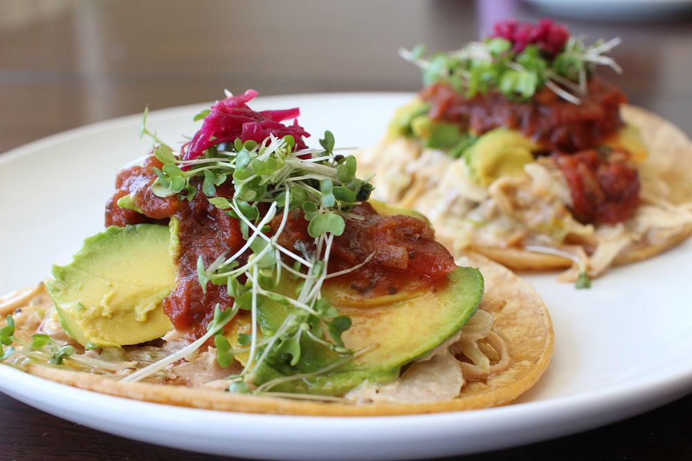 Tacos de pollo con micro-greens y remolacha fermentada