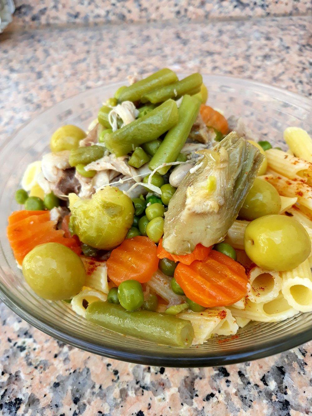 Cocido de verduras con pollo encima de pasta libre de gluten