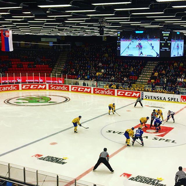 Ikväll levererar @ledventure_official LED samt animationer till #trekronor #folketslag i #himmelstalundshallen. 🤩🏒🥅 #vitahästen #ledscreen #perimeter #hockey #swehockey