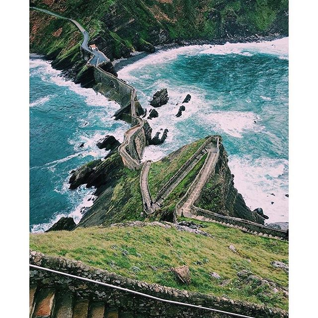 One for the #travellist: San Juan de Gaztelugatxe, off the Spanish #Basque coast. As seen in Game of Thrones, apparently 🌊💙 Pic @dori_kty