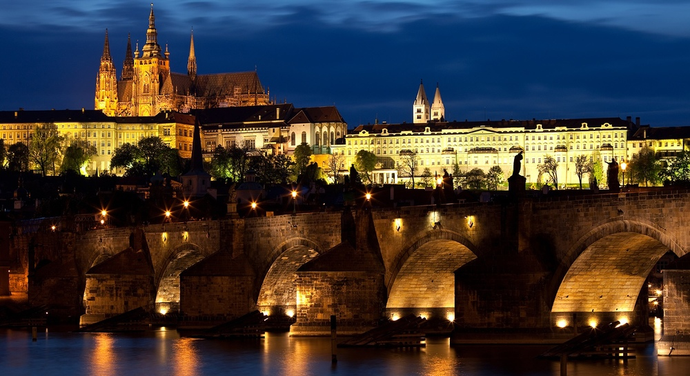 Charles bridge and Prague Castle.jpg