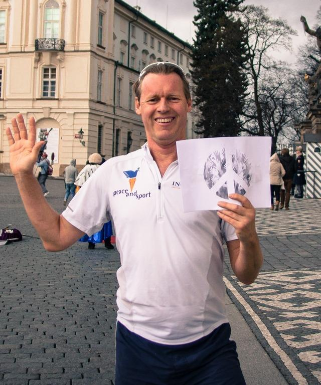 Alyn Ware ran the Prague Castle steps 9 times (1800 steps) to commemorate Peace and Sport Day, and the anniversary of President Obama's famous peace and disarmament speech at the Prague Castle. Alyn waves goodbye to nuclear weapons with the white card of peace.