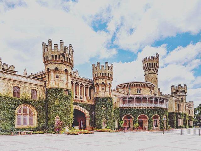 Bangalore Palace 🇮🇳 . . #bangalore #bangalorepalace #bangalorediaries #traveldiaries #eid #jjws #india #incredibleindia #natgeoyourshot #history #monument #historicbuilding #architecture #green #beautifulplaces #urban #igersbangalore #ourplanetdaily #roamtheplanet #travelers