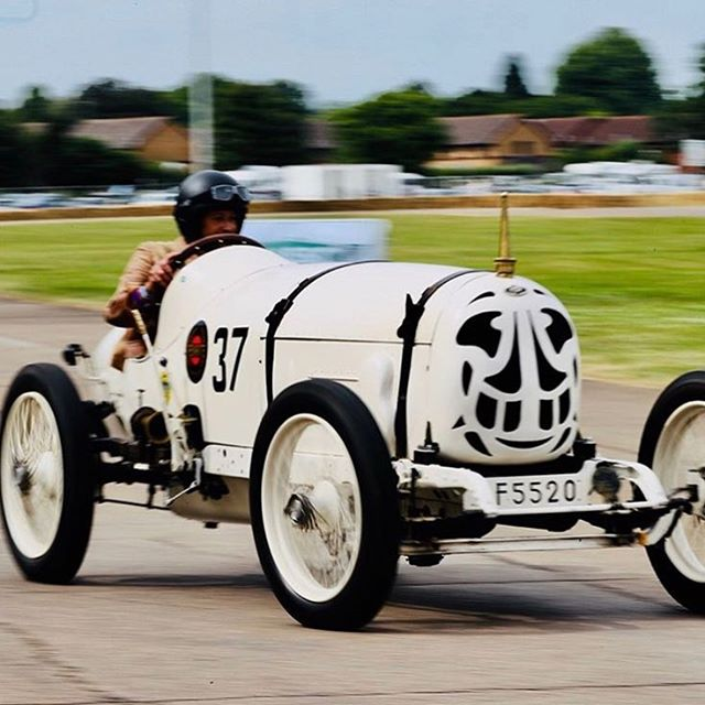 Mr Fuzz Townshend of popular beat combo Bentley Rhythm Ace confusingly, and fortunately for him, not at the wheel of a Bentley. 📷@classicandsportscarshow #popwilleatitself #bentleyrhythmace @vintage_racing