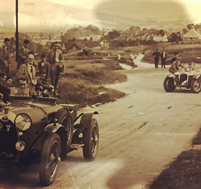 1939 Lewes Speed Trials. Alan Southon launches the HE from the start line. In the background lurks Bagratunni in his ex Mille Miglia Alfa Romeo 8C. Of course, the HE is long gone by the time the Alfa reaches the line. Fortunately I can't find the results... 📷Klemantaski #alfaromeo8c #HEcars