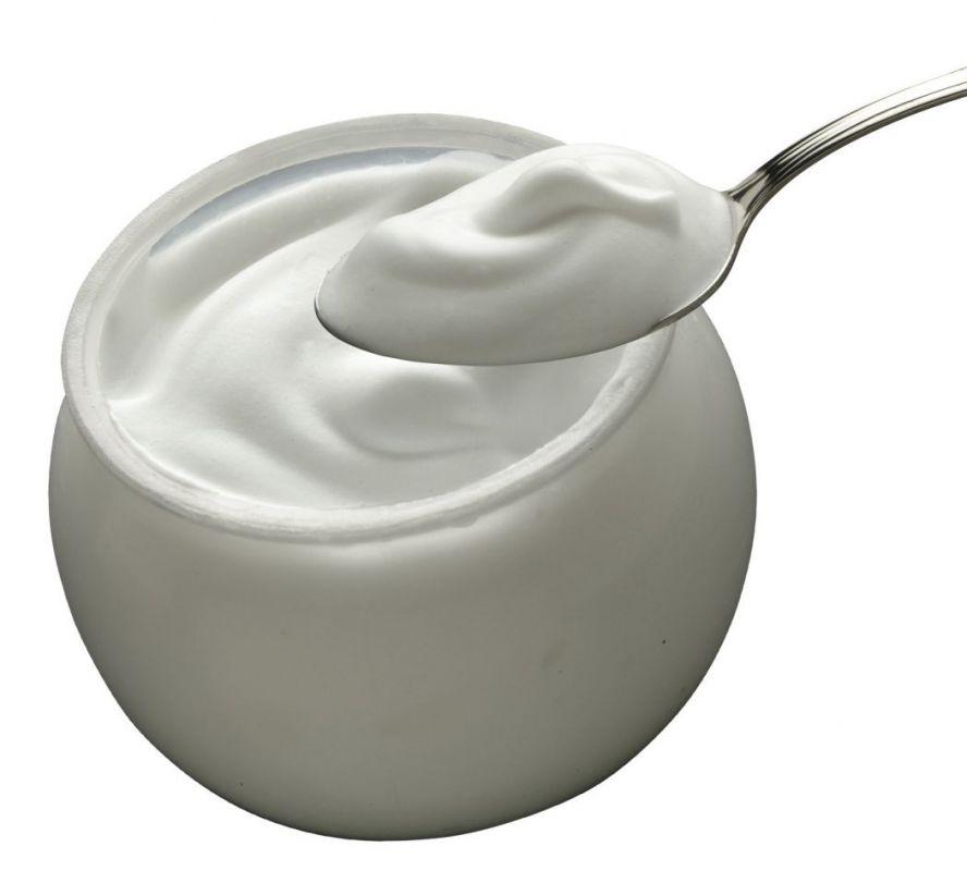 Yaourt nature  Si le yaourt est avant toute chose un dessert sacré chez l'adulte comme chez l'enfant, saviez-vous qu'il cache aussi de nombreuses vertus insoupçonnées ?  Pour vos cheveux, votre corps, vos lèvres, votre visage... Le yaourt a des vertus nourrissantes, alors pourquoi ne pas l'utiliser en masque de beauté. Le yaourt contient de l'acide lactique. Cette matière organique peut exfolier le visage, le rafraîchir en douceur tout en retirant les peaux mortes.
