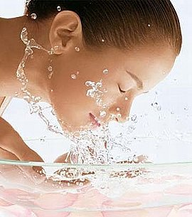 Quand vous vous levez, la première chose que vous devez faire est de laver votre visage avec de l'eau froide et de vous appliquer un nettoyant facial fait maison, infusion de camomille, thé vert, quelques gouttes d'huile essentielle de lavande et d'arbre à thé.