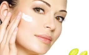 Et pour finir pensée à toujours bien hydrater votre peau, cela et important peu importe le type de votre peau!  Vous pouvez également l'hydrater avec du gel d'aloe vera puis rincé une fois séché, avec un coton d'eau tiède. Cette plante a beaucoup de propriétés pour le bien-être et le soin de la peau. Sa tige vous aidera à tonifier le visage, à contrôler les imperfections et à vous protéger des agents externes.