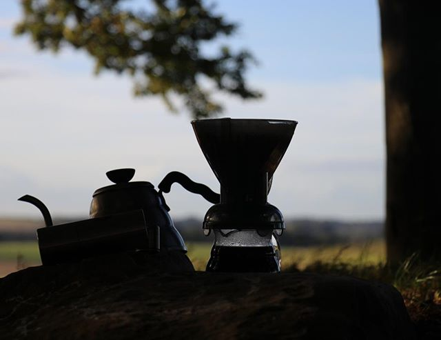 Nature opens up the senses! Brewing coffee among trees and hills - no better way to taste coffee ⛰️🌳 All the brewing gear needed for your adventure available on our site.