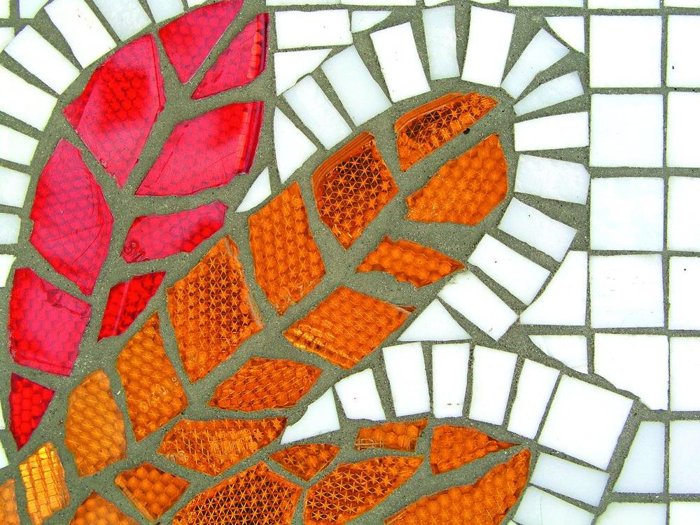 Mosaik av trasiga cykelreflexer och glasmosaik.