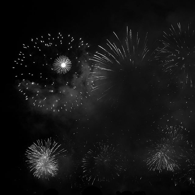 #silvesterzauber in #zurich . . . . . . . . #fireworks #happynewyear #zhiim #zurich_switzerland #fujifilmxt3 #bnw_planet_2019 #bnw_addicted  #bnwmood #blackandwhite