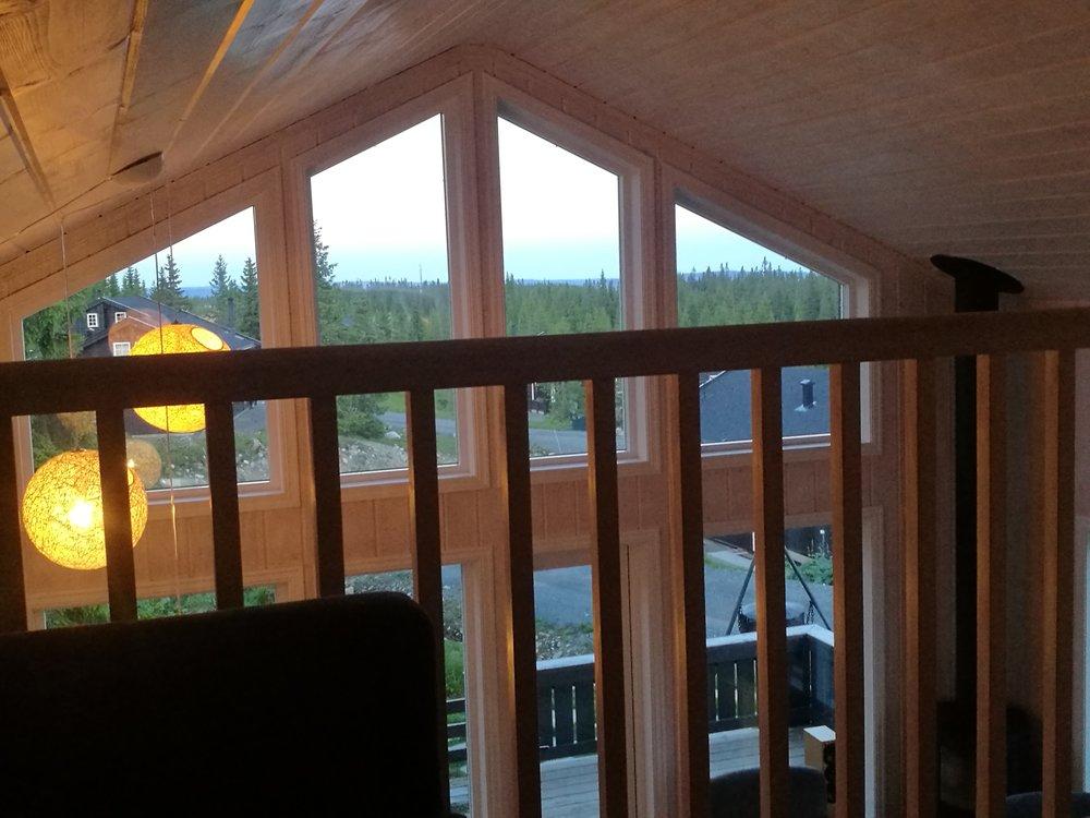 Utsikt fra loftstua - hvor det er TV, sofa og lekeplass til barna.