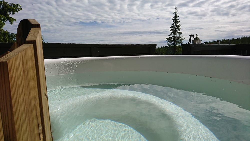 Badestampen er ved og elektrisk oppvarmet. Deilig utsikt og skjermet for innsyn.