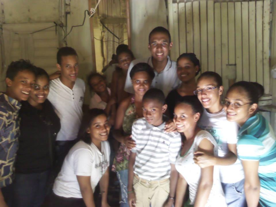 UI Dominican Republic spends time ministering and eating with the families in their community