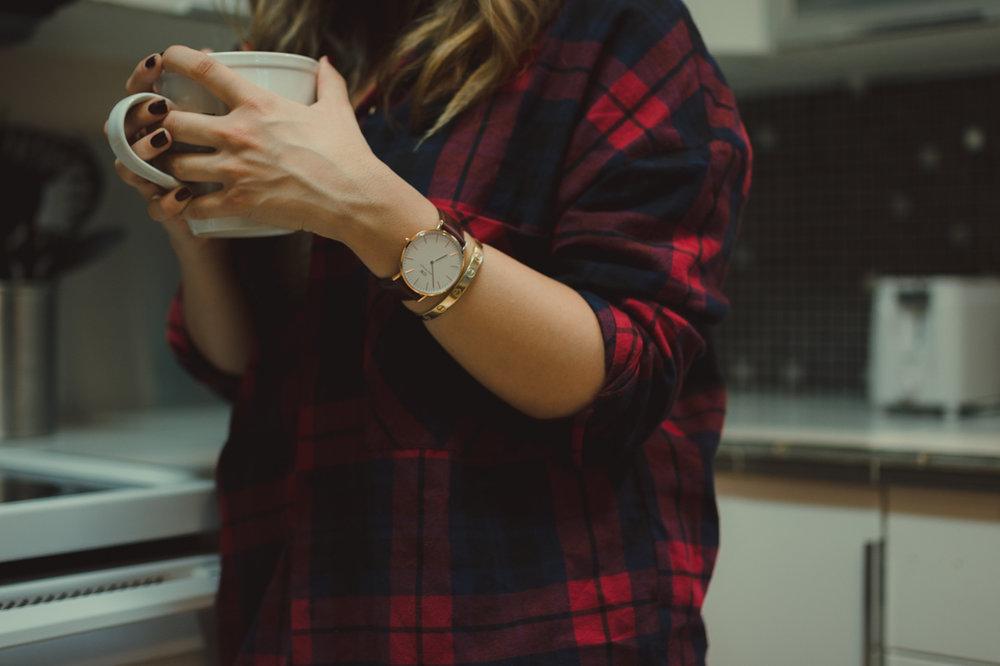 Reno lifestyle session girl holding mug photo