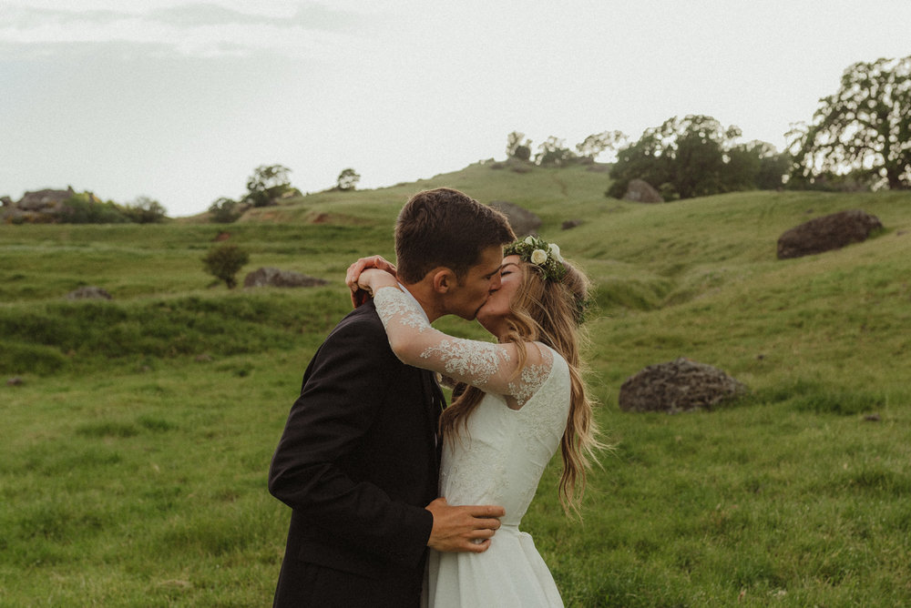 Vacaville wedding couple kissing photo