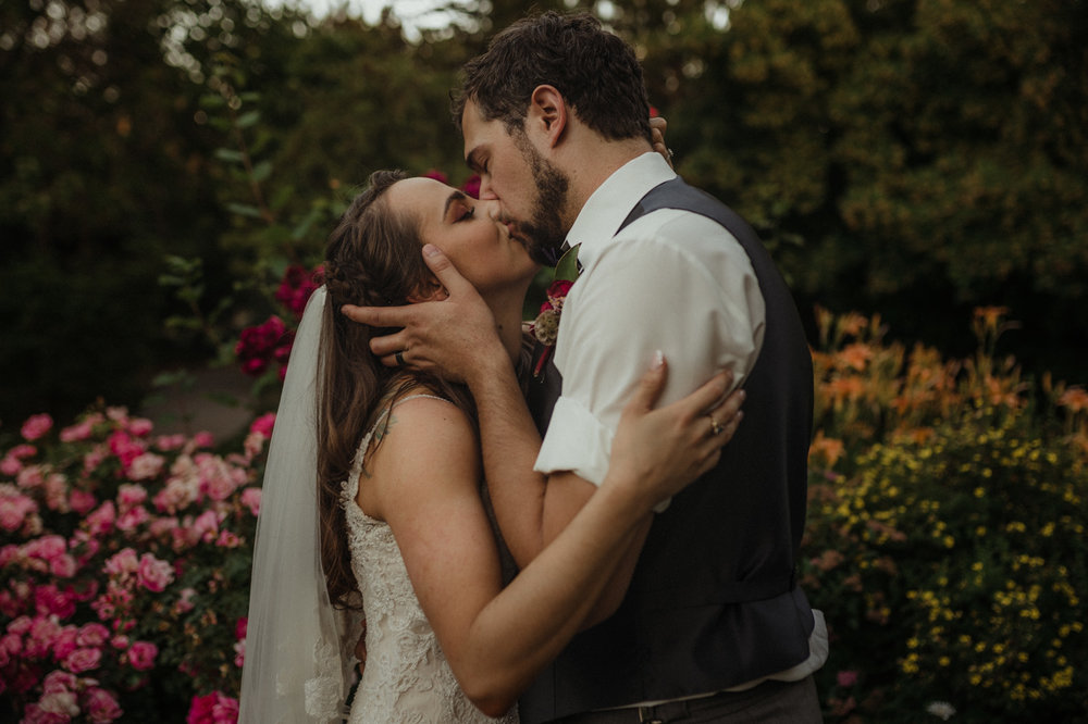 Reno wedding couple kissing photo