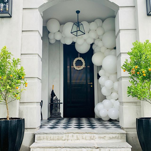 Now this is an entrance! Loved decorating this beautiful home on Saturday. Thanks for having us  #housegoals #balloonsmelbourne #balloongarland