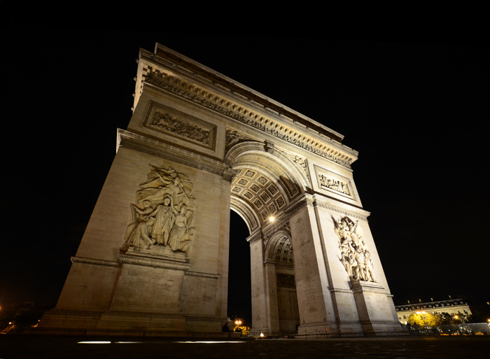 The Arch de Triomphe - Tips for taking photos at night & long exposures at night - www.mommatography.com