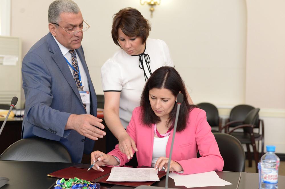 Виктория Мохаммедовна Назим, директор по маркетингу МАААК, и Крючкова Анна Борисовна, эксперт по связям с общественностью МАААК