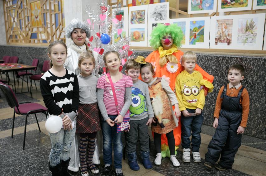 В фойе была развернута выставка детских рисунков.