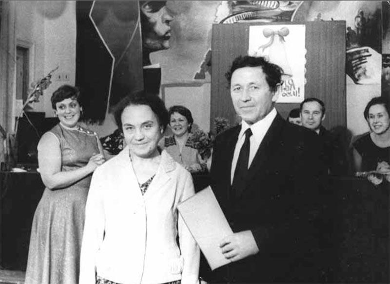 А.Ф. Семенко с мужем Алексеем Елисеевичем на торжественной церемонии в школе №2 г. Жуковский, 1984 г.