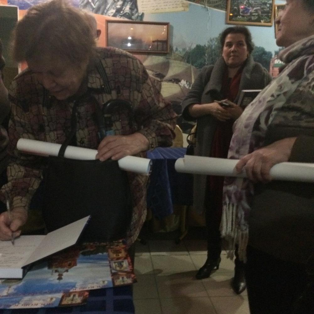 Лиана Михайловна Жукова-Вронская, член редколлегии издания, подписываеткниги.