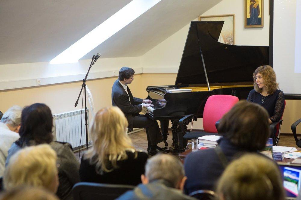 Выступает пианист С. Соболев