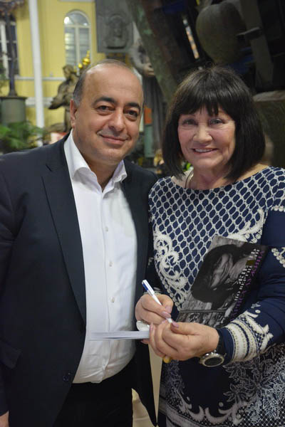 Л. Лужина вручает книгу предпринимателю Г. Мартиросяну, выигравшему лот.