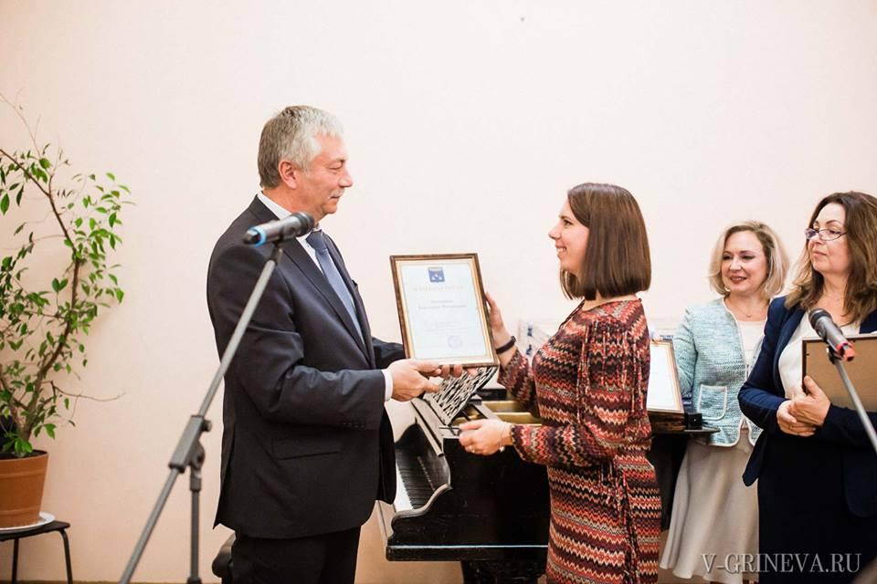 Мэр г. Жуковский А.П. Войтюк вручает благодарность фотографу Е. Авдониной