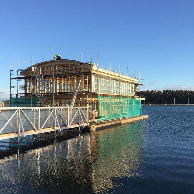 Årets sista utvändiga penseldrag 11+ och sol😊. #sjöräddningssällskapet nya station i Nynäshamn