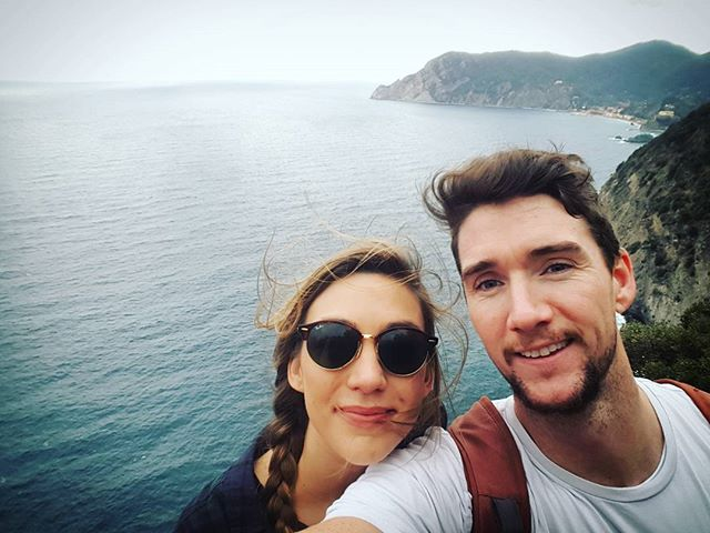 The endless ocean views of Cinque Terre with my partner in crime 💃🏖🗻👌 #cinqueterre #vernazza #italy #travel #oceanview #hiking