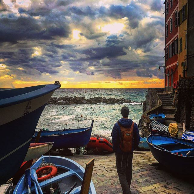 Dreamy sunset in the sleepy fishing village of Rio Maggiore, Cinque Terre 🌅🙌