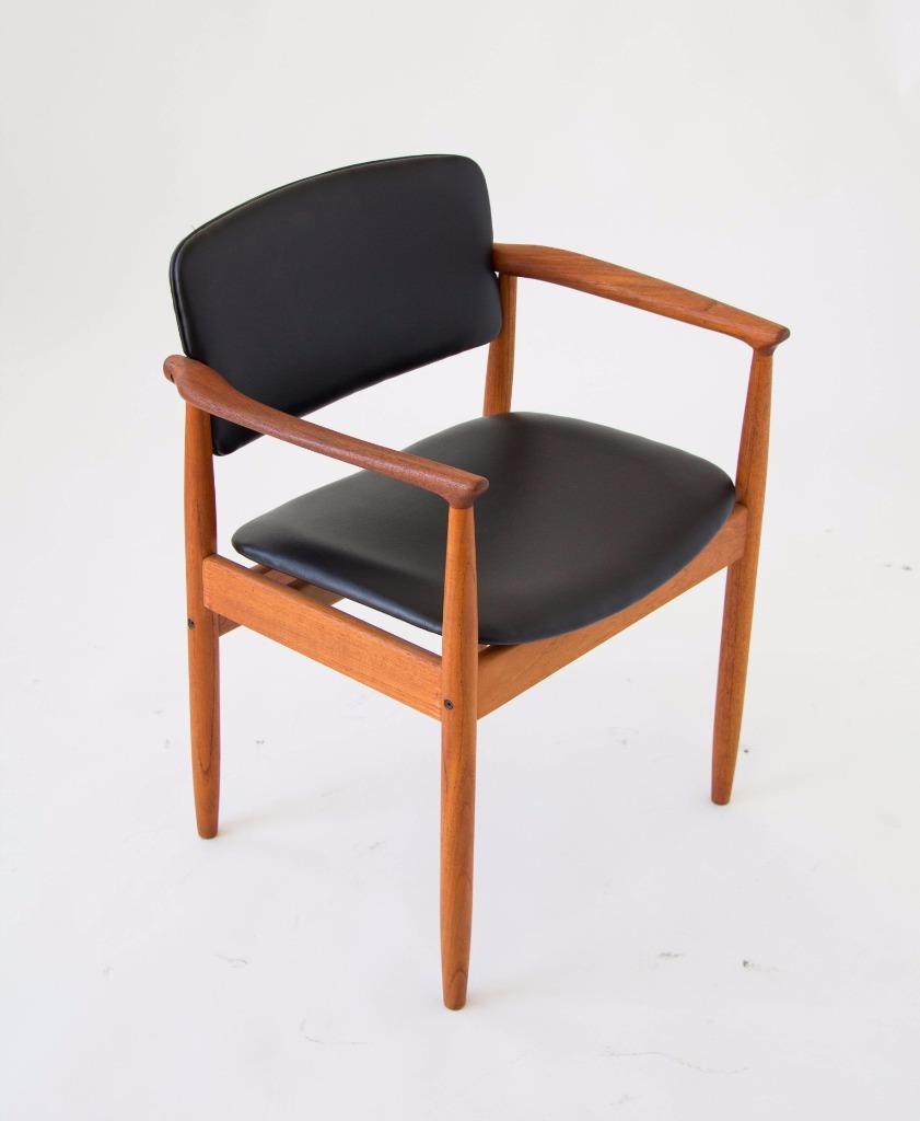 https://rover.ebay.com/rover/1/711-53200-19255-0/1?icep_id=114&ipn=icep&toolid=20004&campid=5338145829&mpre=http%3A%2F%2Fwww.ebay.com%2Fitm%2FSingle-Danish-Mid-Century-Modern-Arm-Chair-Solid-Teak-Vinyl-Farso-Dining-Chair-%2F172850773175