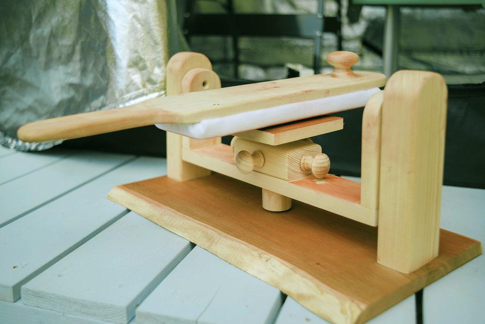 Swing arm polishing stand.  銀板はこの前後にスイングする台の上に置かれ、磨かれる  은판은 이를 전후로 스윙하는 받침대 위에 놓여져 닦인다.