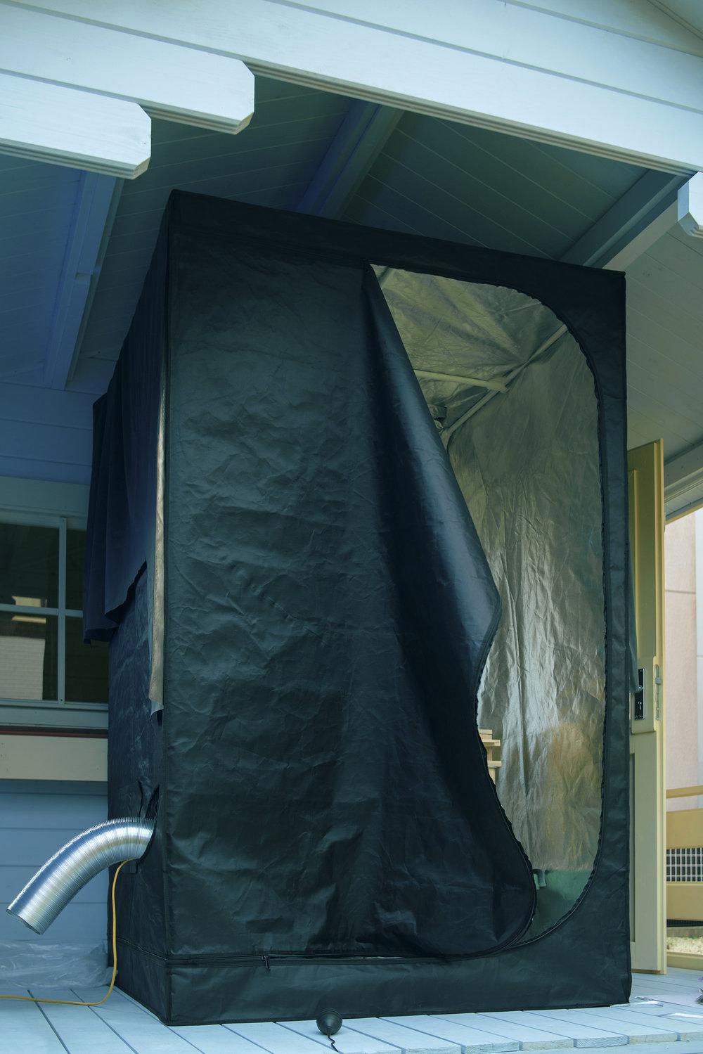Special darkroom for daguerreotype process.  ダゲレオタイプ用の移動可能な特別暗室  다게레오 타입용의 이동 가능한 특별 암실