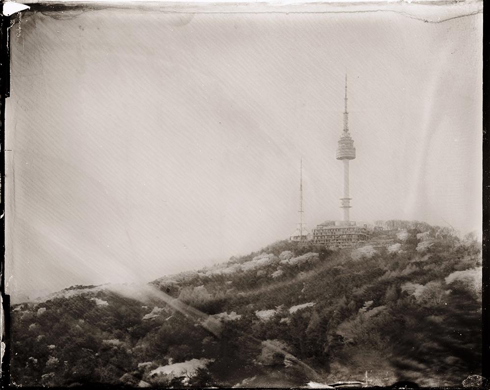 Dry Plate Collodion(건판사진)   습판사진의 프로세스를 응용해 직접 만든 건판으로 한국의 수도, 서울을 촬영. 1871년에 발명된 이 건판사진기법이 이후 필름사진의 기초가 됩니다. 그 때문에, 습판기법과 비교해 압도적으로 정보량이 적고 이 기법으로 촬영... 더 보기