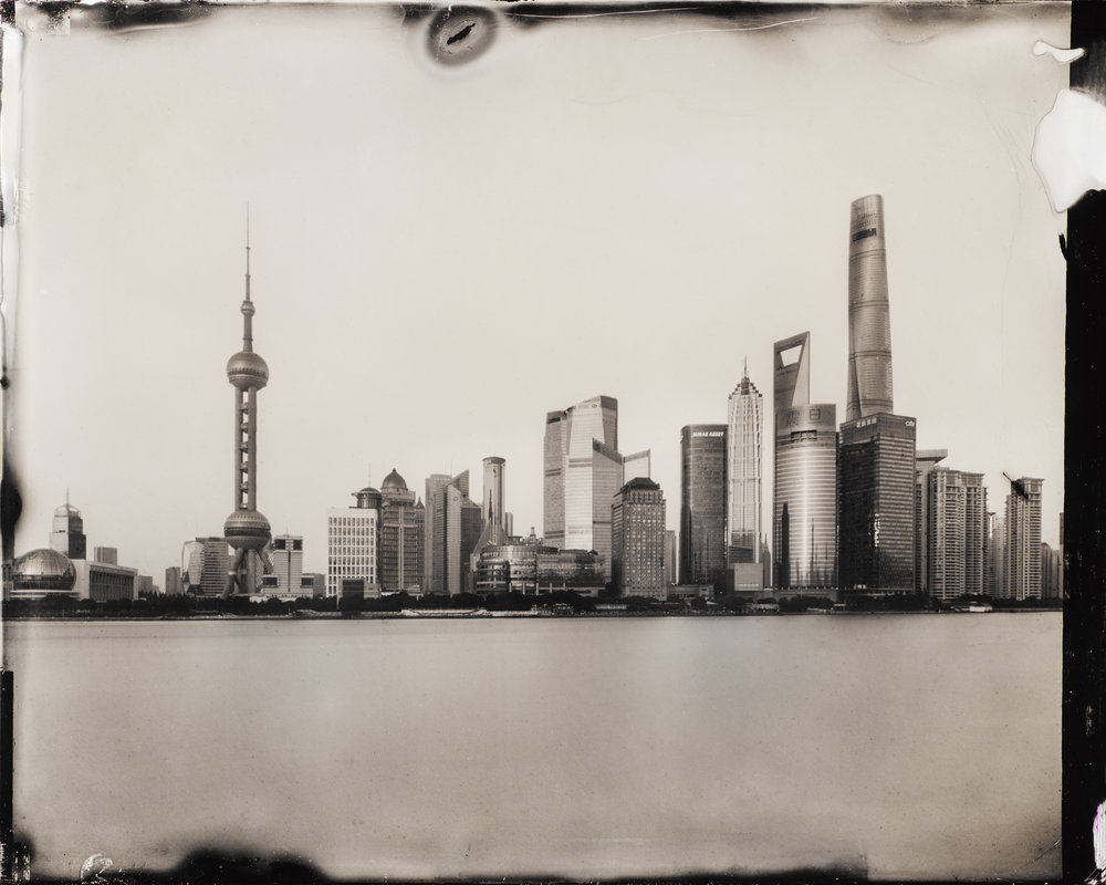 Dry Plate Collodion(건판사진)   중국의 베이징, 만리장성, 상하이, 쑤저우, 항저우를 촬영. 촬영결과를 바로 알 수 없는 필름사진. 건판사진은 그 필름을 직접 만들어내고 경험으로 적정 노출시간을 산출한 다음 현상처리를 한다. 디지털이 초래한 안심성에 역광... 더 보기