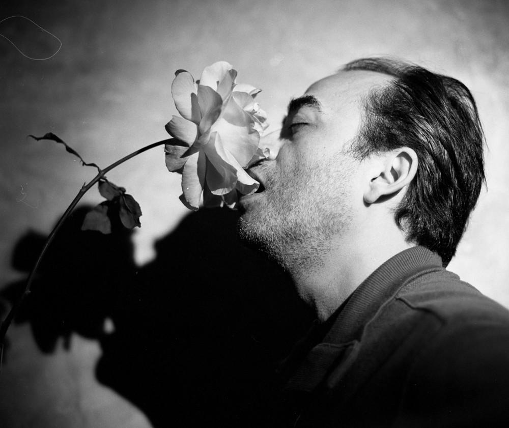 gus_rose_kiss.jpg