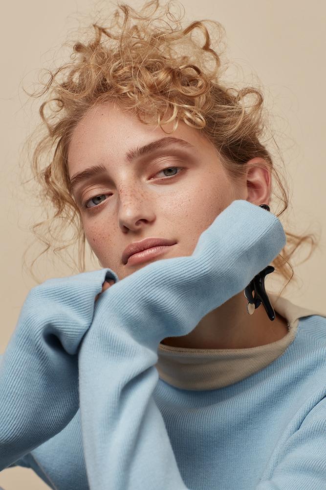 Knit top Jaeha, earrings Dinosaur Designs