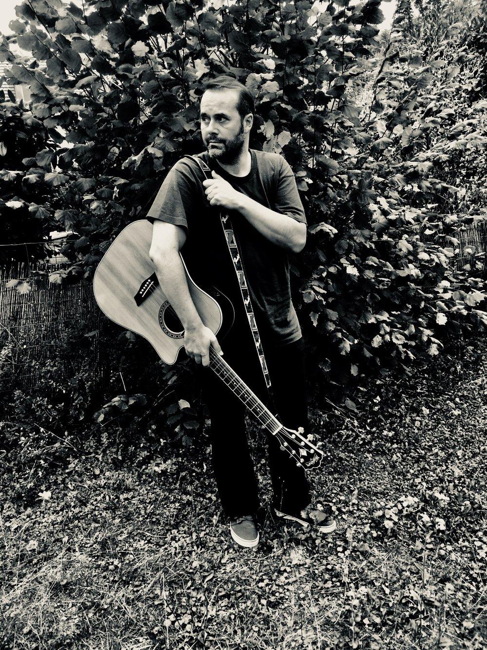 Felix Lopez mit Gitarre.jpg