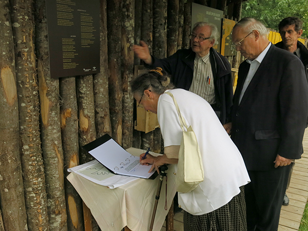 Voorzitster Trees Debouvere tekent het gastenboek
