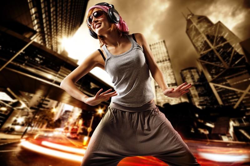 """Street Posh Detta är ett dansevent som får citykvarteren att gunga. Föreställ dig möhippan ute på gatorna i New Yorks ruffigaste kvarter, pulsen rusar inför ert första street-battle... Nu har den blivande bruden och ni """"homies"""" möjligheten att lära er riktiga streetmoves! Läs mer..."""