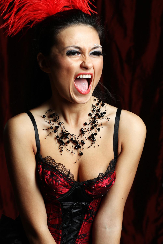 Moulin Rouge Burlesque Sugen på att vara med i Paris kändaste cabaret? Nu har möhippan chansen att sätta upp sin egen version av Moulin Rouge! Ett sexigt framträdande med burlesque inslag. Givetvis är blivande bruden huvudrollsinnehavaren med ett eget solonummer. Läs mer...