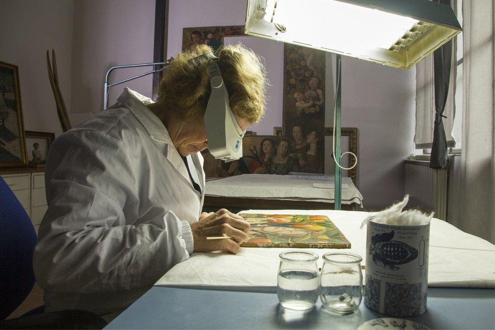 La restauratrice Rossella Lari nel suo laboratorio fiorentino