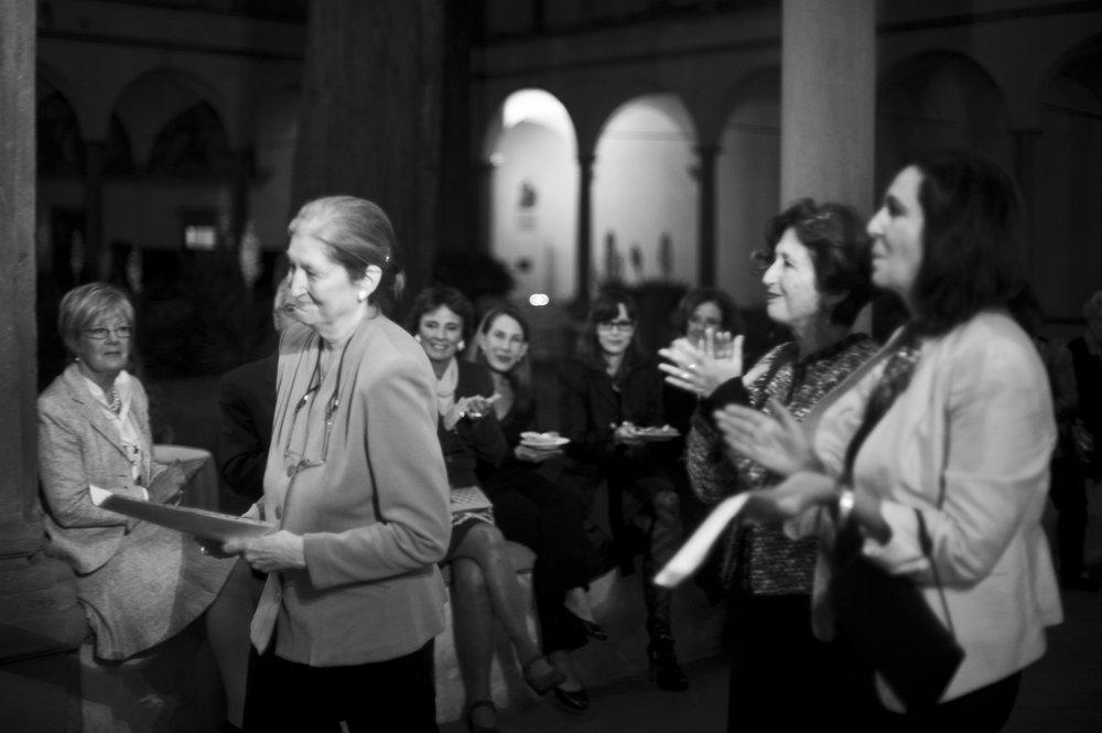 """La fondatrice di AWA Jane Fortune al """"Premio Nelli"""" con donne premiate precedentemente."""