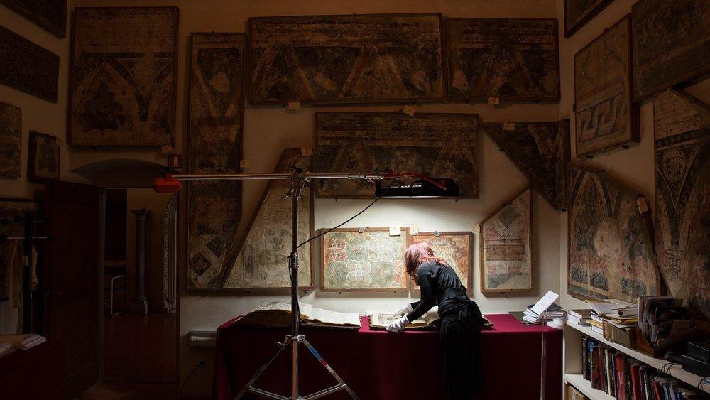 La direttrice di AWA-Italia mentre prende visione di un antico manoscritto con una miniatura di Plautilla Nelli
